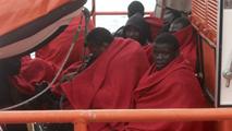 Ir al VideoSalvamento Marítimo rescata a los siete inmigrantes de una patera en Tarifa, Cádiz