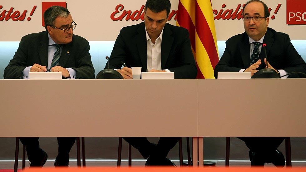 Sánchez pide a Rajoy y a Mas que se sienten a dialogar tras el 9N