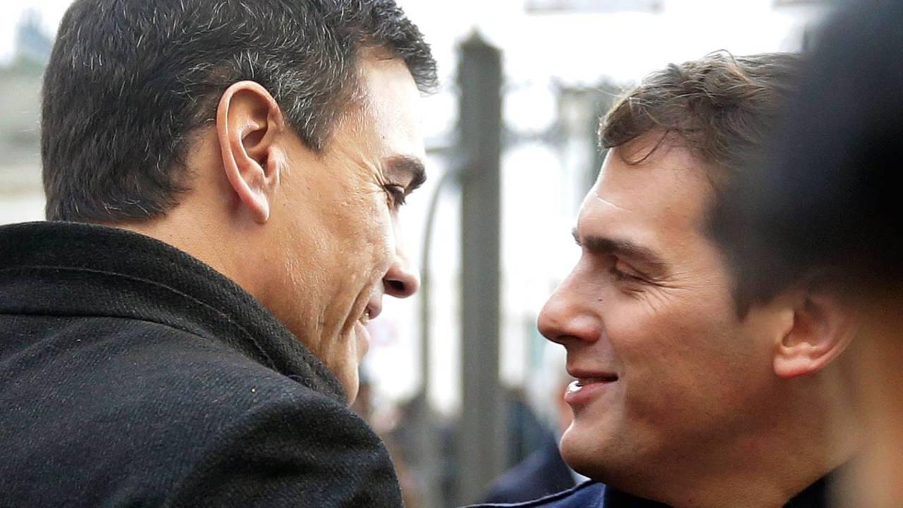 Sánchez y Rivera se saludan al llegar al Congreso de los Diputados.