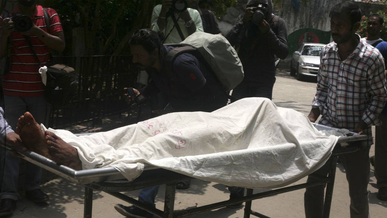 Un sanitario del hospital de Dhaka transporta cuerpo del activista bangladesí asesinado Xulhaz Mannan
