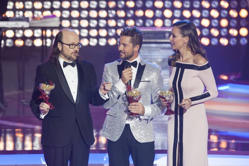 Santiago Segura y Eva González junto a David Bisbal en '¡Feliz 2017!'