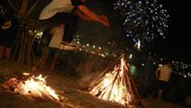 Se celebra la Noche de San Juan con el encendido de hogueras y fuego