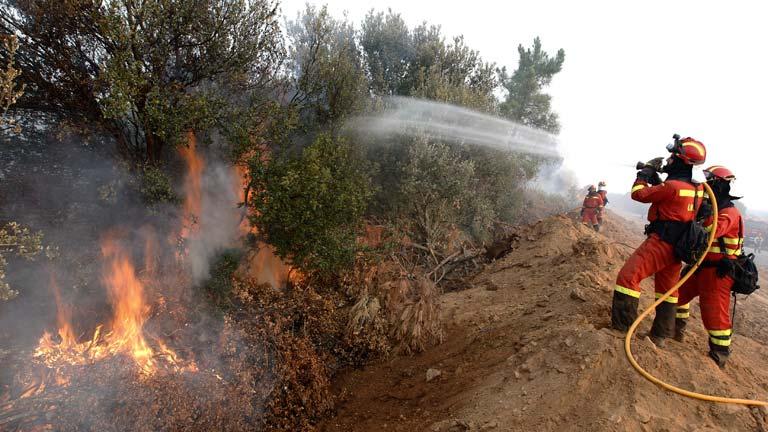 Se mantiene el nivel 2 en el incendio de Castrocontrigo (León) ya que la acción del viento ha activado algunos focos