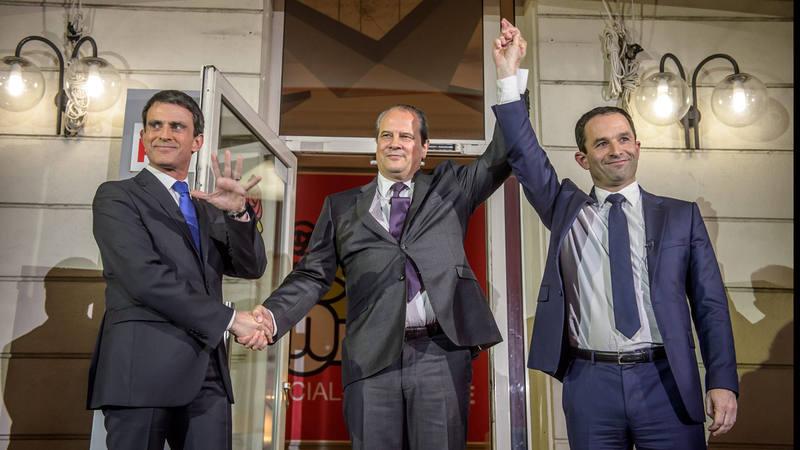 El secretario general del partido socialista francés, Jean-Christophe Cambadelis, junto a Manuel Valls y Benoît Hamon.