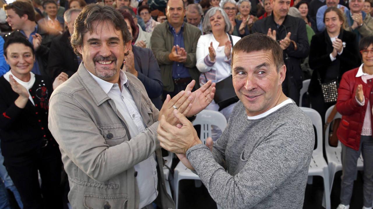 El secretario general de Eusko Alkartasuna (EA), Pello Urizar (i) junto al líder abertzale Arnaldo Otegi (c) en un acto de EH Bildu
