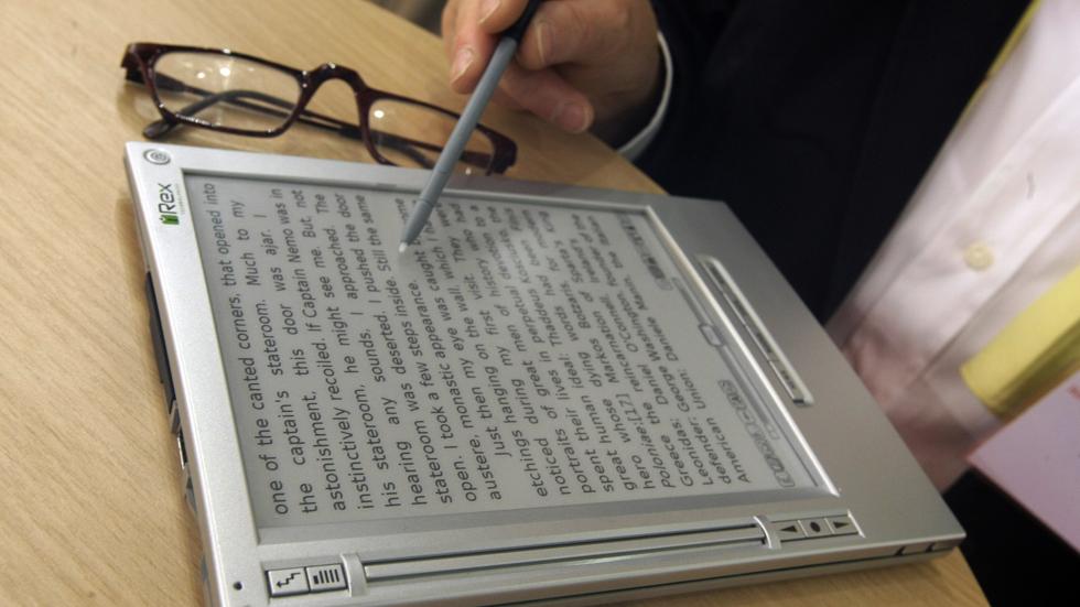 Según la encuesta del CIS los españoles prefieren el papel al libro electrónico