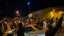 Ir al VideoSegunda noche de disturbios en Milwaukee tras la muerte de un joven negro por los disparos de un policía afroamericano