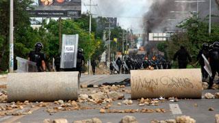 Seis muertos y un centenar de heridos en las protestas por la reforma educativa de México