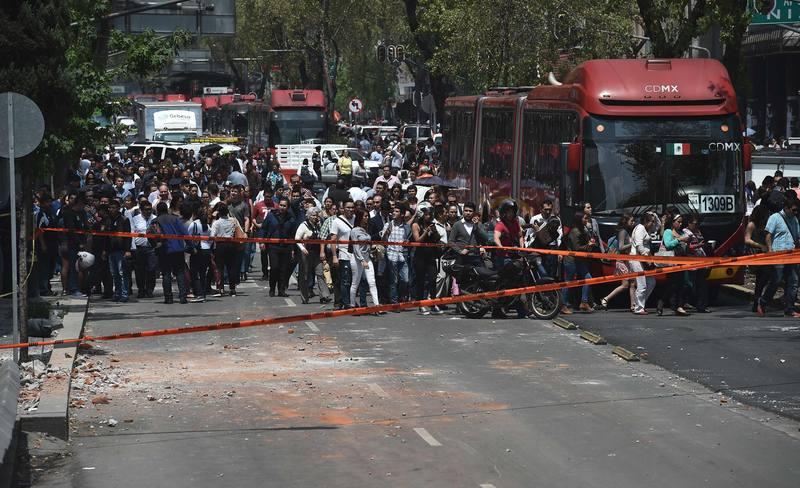 Los ciudadanos de México han salido a la calle tras el potente terremoto de magnitud 7,1 que ha sacudido la capital.