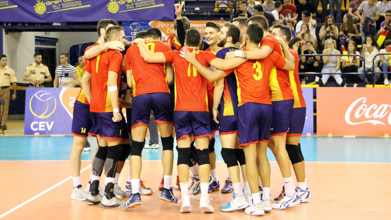 La selección española de voleibol celebra su victoria ante Grecia y se acerca a la clasificación para el Europeo