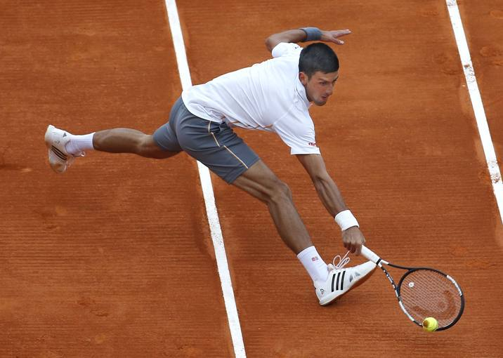 El serbio Novak Djokovic devuelve una bola al austríaco Andreas Haider-Mauder