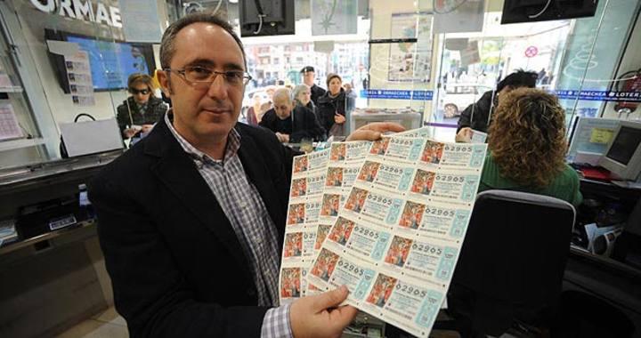 Sergio Echebarría, propietario de Loterías Ormaechea, posa con varios décimos.