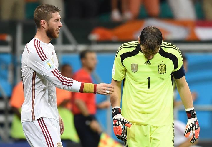 Sergio Ramos intenta consolar a su compañero Iker Casillas durante el pasado Mundial de Brasil.