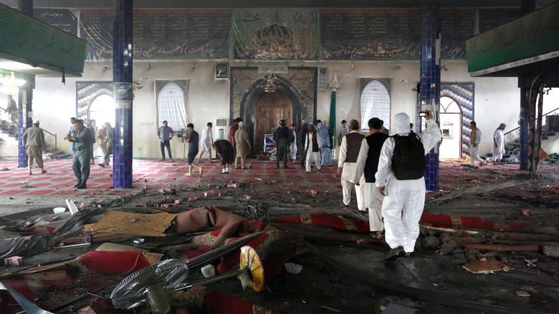Los servicios de seguridad inspeccionan el interior de la mezquita chií donde ha atentado el Estado Islámico