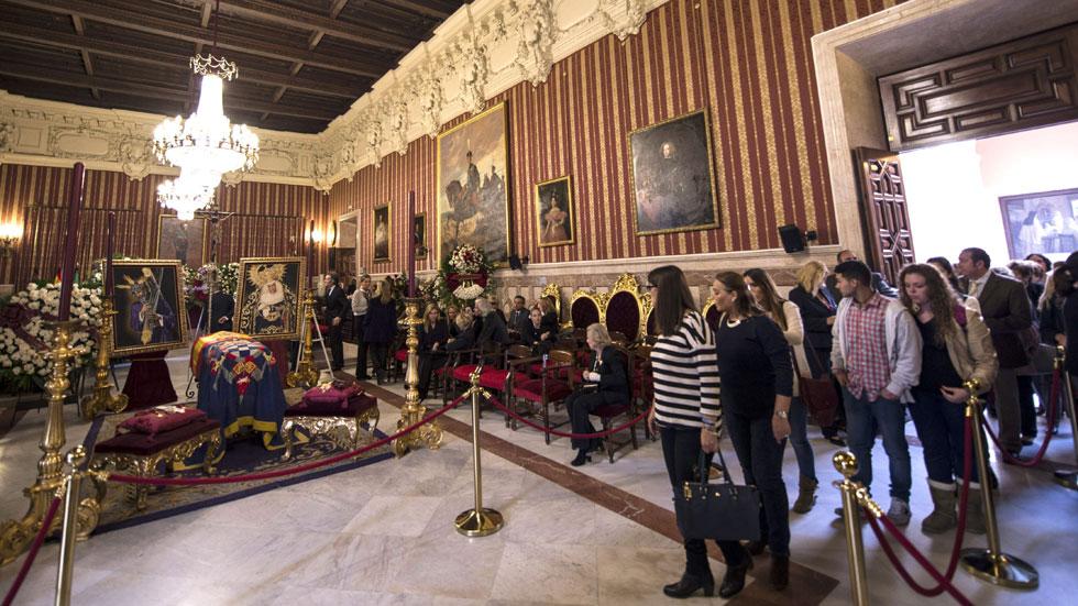 Los sevillanos despiden a la duquesa de Alba en la capilla ardiente