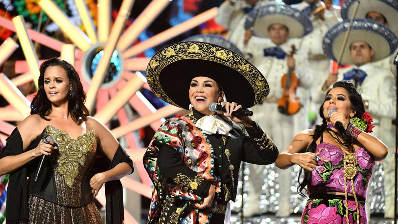 Resultado de imagen para tributo a juan gabriel en los premios Latin ama