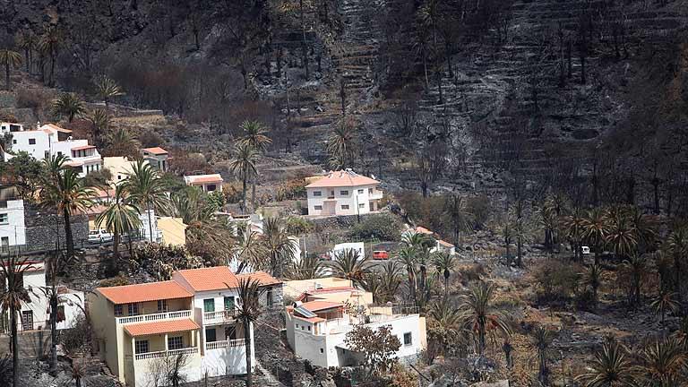 Sigue sin control el incendio de La Gomera aunque los vecinos han comenzado a regresar a sus casas