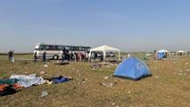 Ir al VideoSiguen llegando miles de migrantes a la frontera de Hungría con Serbia