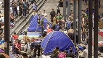 Ir al VideoSiguen llegando refugiados a Hungría