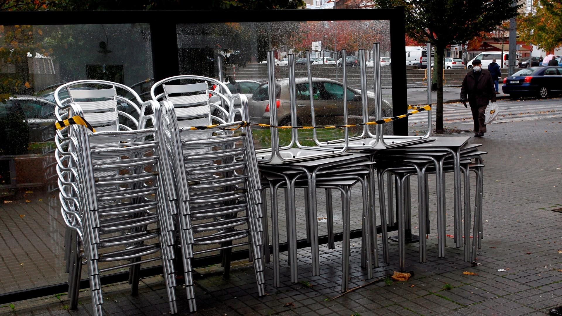 Sillas y mesas apiladas en una terraza cerrada en la localidad de Narón