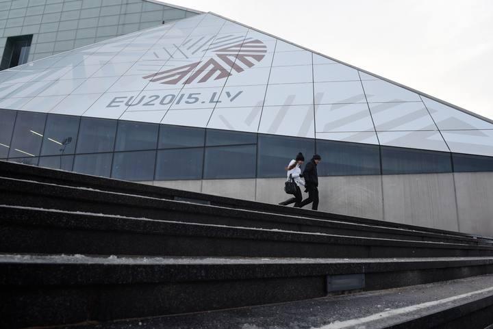 Símbolo de la Presidencia letona de la UE en la fachada de la Biblioteca Nacional en Riga