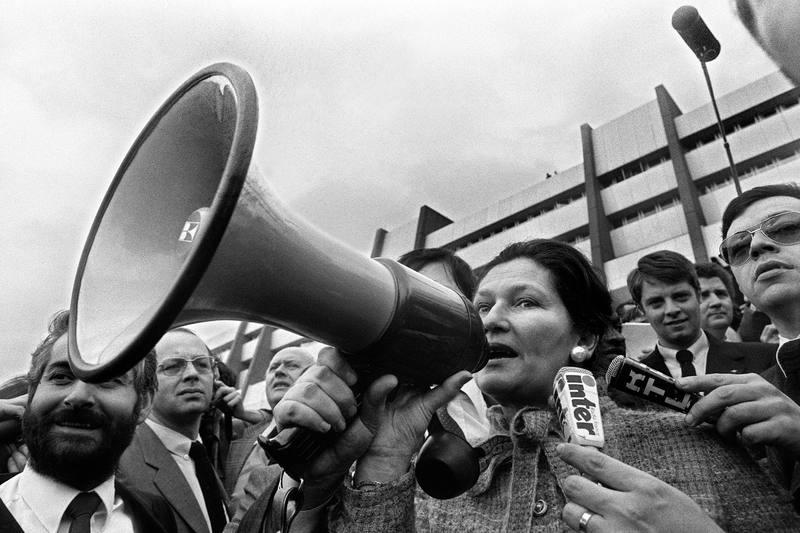 Simone Veil se dirige con un megáfono a los granjeros durante una manifestación frente al Parlamento Europeo, en Estrasburgo, el 25 de marzo de 1980.