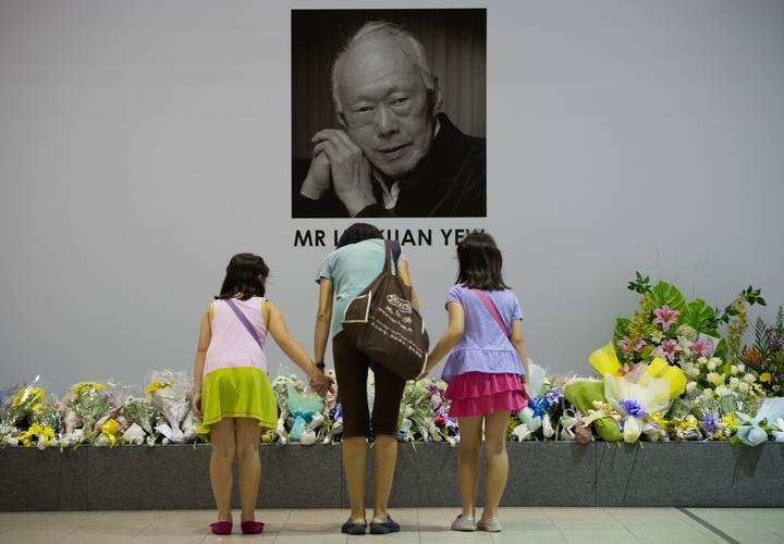 Singapurenses muestran su respeto ante una fotografía de Lee Kuan Yew, exprimer ministro del país, fallecido a los 91 años