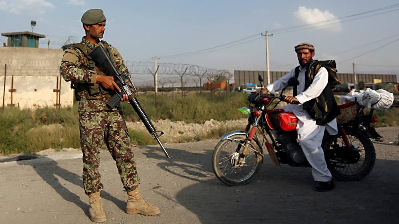 Un soldado afgano vigila un puesto de control cerca de Kabul