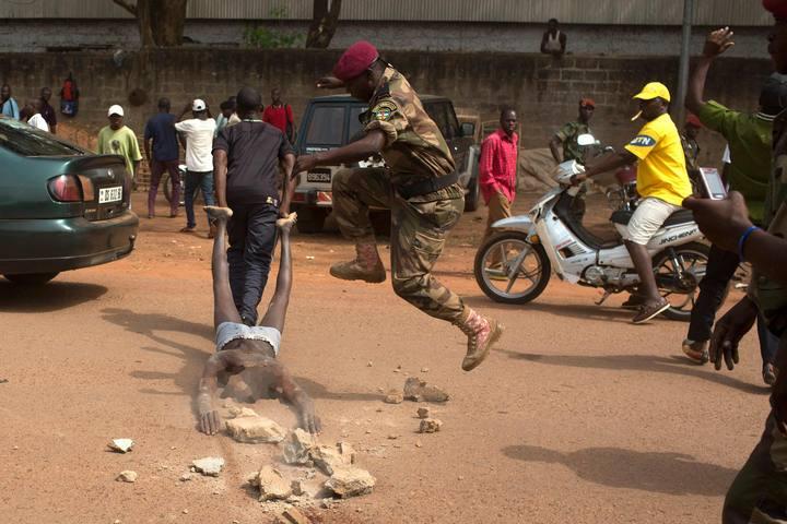 Un soldado centroafricano participa en el linchamiento de una persona
