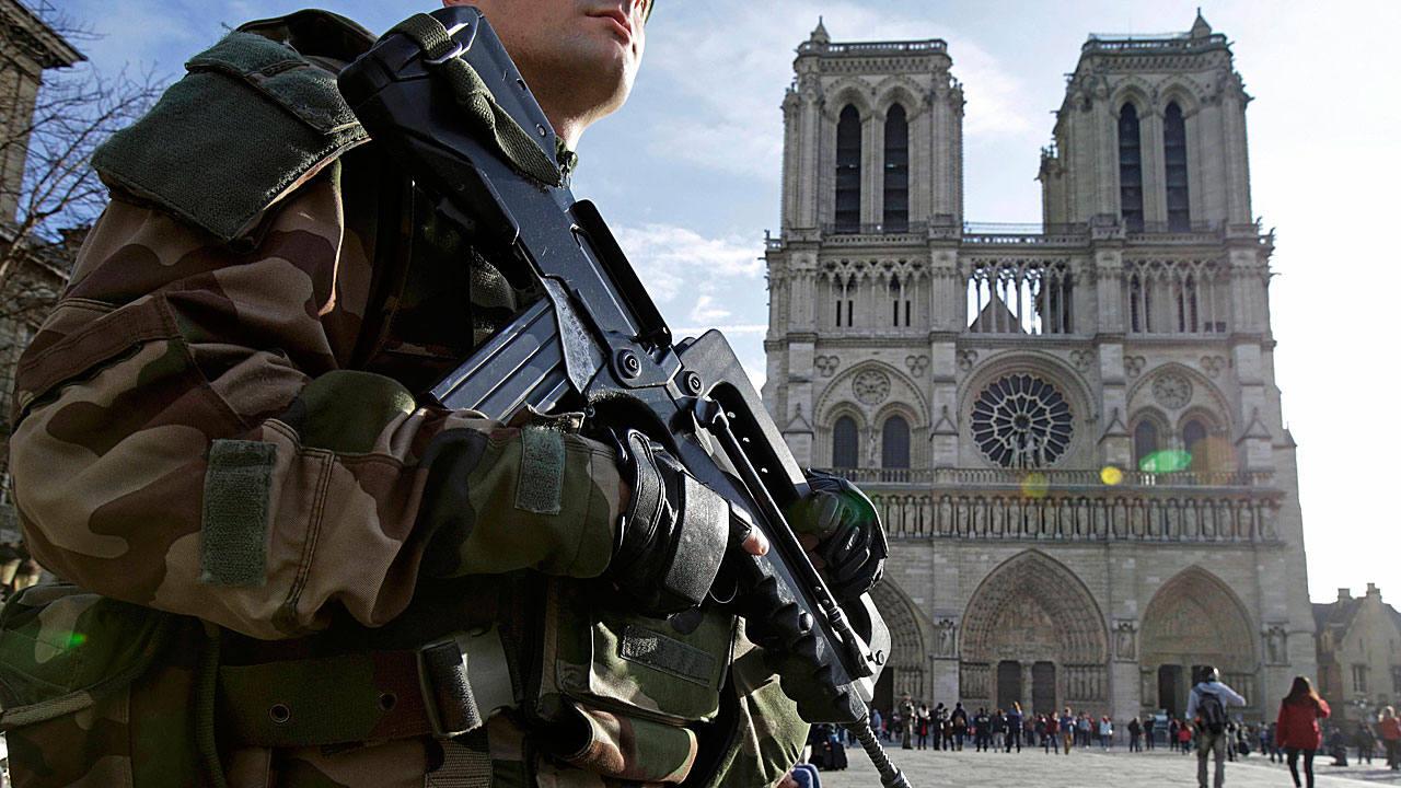 Un soldado francés patrulla los alrededores de la catedral de Notre Dame en París.