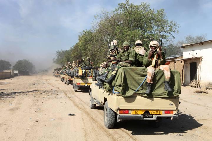 Soldados chadianos pàtrullando en la ciudad fronteriza con Nigeria de Gamboru