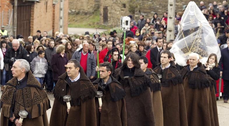 Solo algunas procesiones capean la lluvia este Viernes Santo