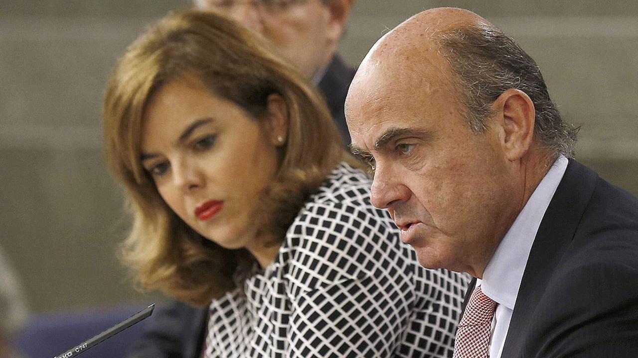 Soraya Sáenz de Santamaría junto a los ministros Rafael Catalá, (iz),y Economía, Luis de Guindos