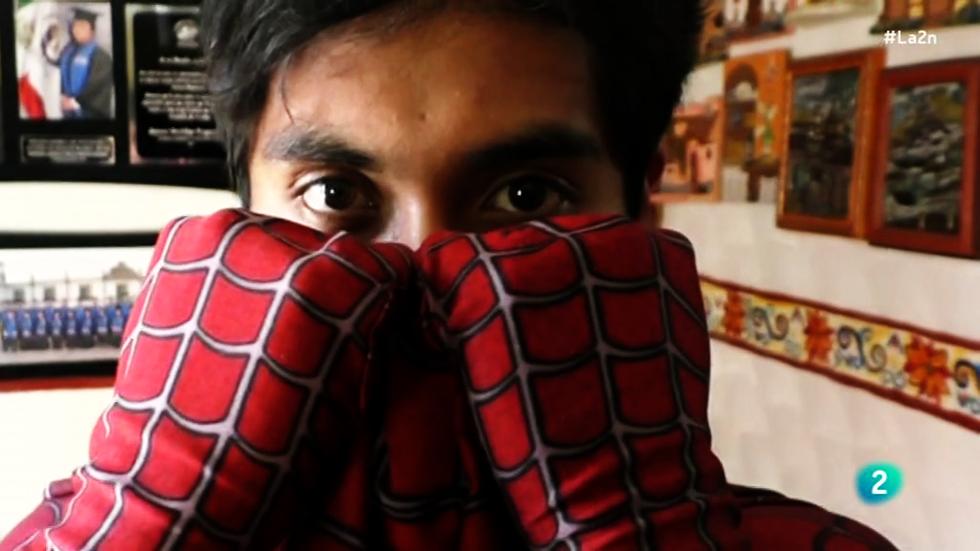 La 2 Noticias - Spider Moy, un superhéroe en las aulas