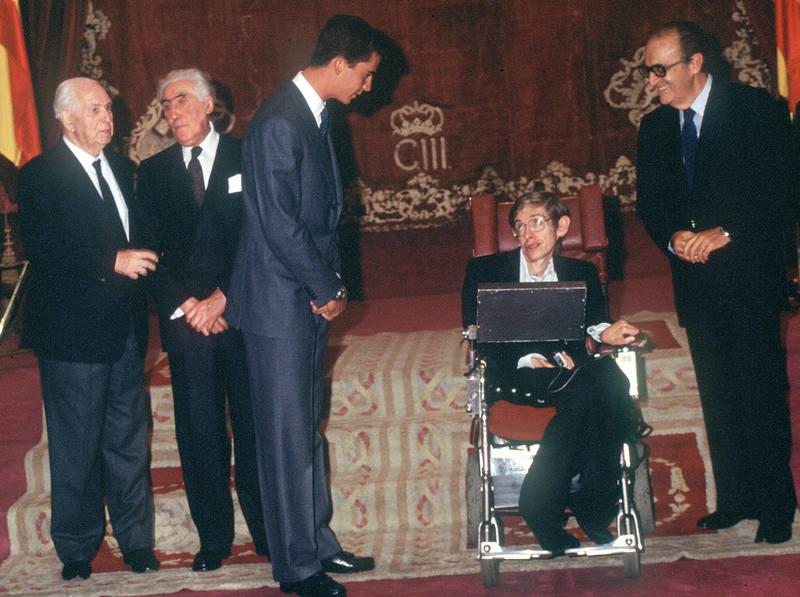 Stephen Hawking recibe el Premio Príncipe de Asturias de la Concordia en 1989.