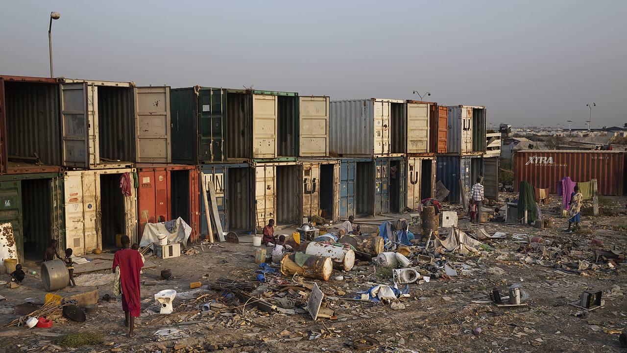 Sudán del Sur: la guerra ha empujado a 1,6 millones de personas fuera de sus hogares; en su mayoría, viven hacinadas en campos insalubres como estos. (Fuente: Médicos sin Fronteras).