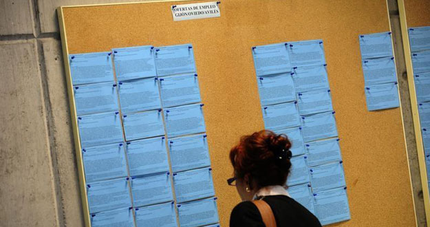 Tablón con ofertas de empleo en una oficina en la localidad asturiana de Avilés