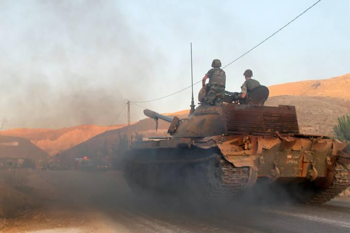 Un tanque del ejército libanés en la entrada de la ciudad de Arsal, cerca de la frontera con Siria