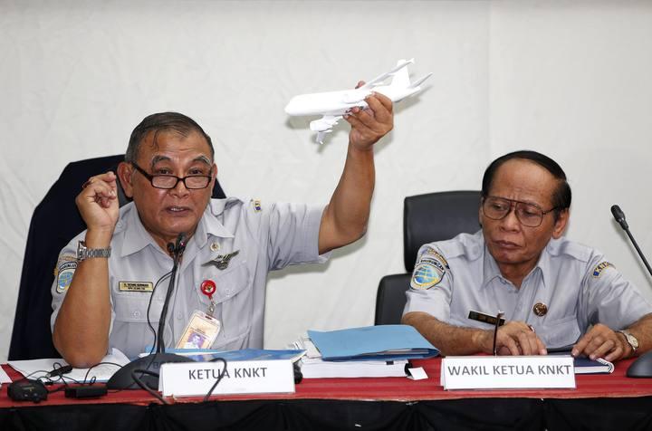 Tatang Kurniadi, jefe del Comité Nacional de Seguridad en el Transporte, durante la rueda de prensa en Yakarta