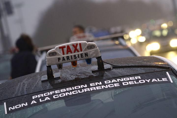 Taxistas de París protestan contra la competencia desleal de Uber