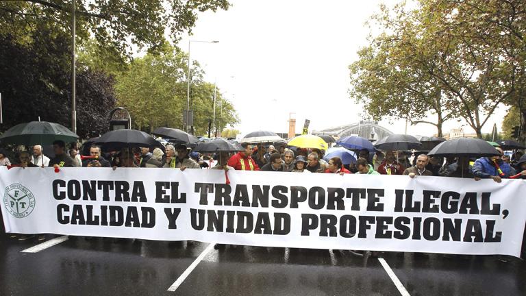 Los taxistas se manifiestan contra la entrada de Uber en Madrid y piden que se agilicen sanciones