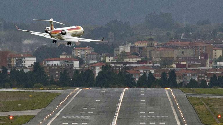 Aeroporto Bilbao : La temida ciclogénesis obliga a desviar vuelos en el