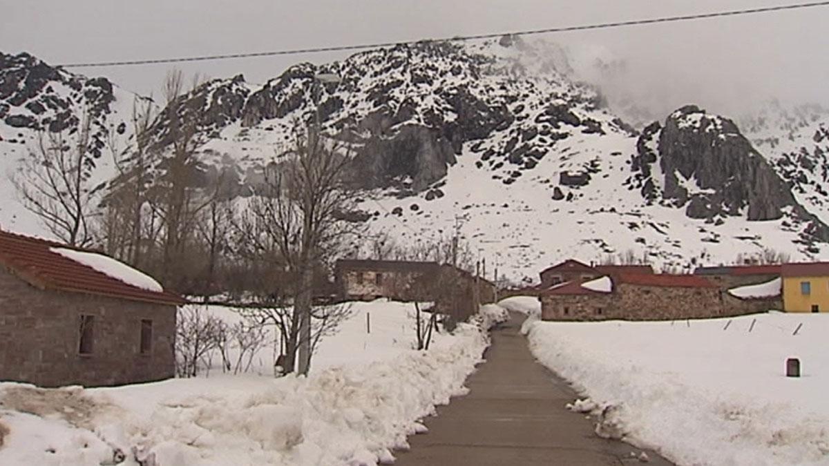 Evacuadas 150 personas aisladas por un alud en Llanos del Hospital, en Huesca