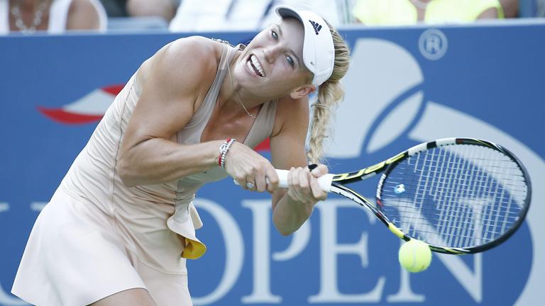 La tenista Wozniacki enredó su trenza en la raqueta