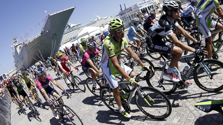 La tercera etapa de la Vuelta parte de un portaaviones