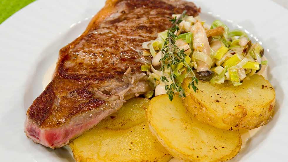 Ternera con salsa de setas y patata tostada