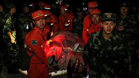 Ir al VideoUn terremoto de magnitud 7 golpea el centro de China