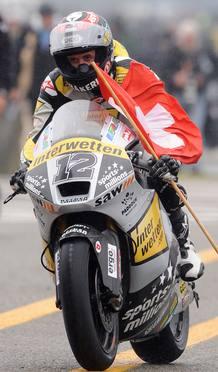 Thomas Luthi celebra con la bandera de su país la victoria en Moto2.