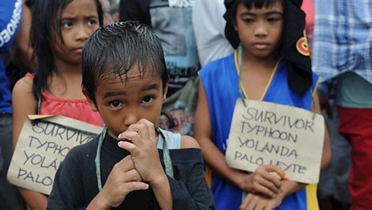 La población de las zonas más afectadas por el tifón Haiyan en Filipinas sufre hambre y sed