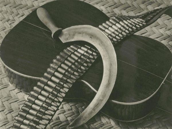 """Tina Modotti, """"Hoz, canana y guitarra"""", (1927)"""